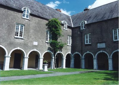 skiddy-almshouse-courtyard